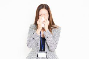 花粉症に苦しむ女性の写真